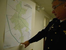 """<div class=""""source"""">Linda Ireland</div><div class=""""image-desc"""">City Police Chief Steve Johnson points out the area where officers are patrolling on federal overtime.</div><div class=""""buy-pic""""><a href=""""/photo_select/31517"""">Buy this photo</a></div>"""