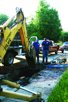 """<div class=""""source"""">Linda Ireland</div><div class=""""image-desc"""">City workers Arley Despain and Ronnie Cruse look for additional leaks in a water main that broke Sunday afternoon on South Lincoln Boulevard.</div><div class=""""buy-pic""""><a href=""""http://web2.lcni5.com/cgi-bin/c2newbuyphoto.cgi?pub=029&orig=water_main_break.jpg"""" target=""""_new"""">Buy this photo</a></div>"""