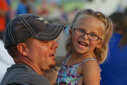 David Morrison sneaked a kiss from his daughter Addyson during the country music concert.