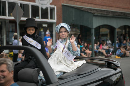 Colby Penning and Ellie Grace Day who won the Little Abe and Sarah contest rode together in the parade.